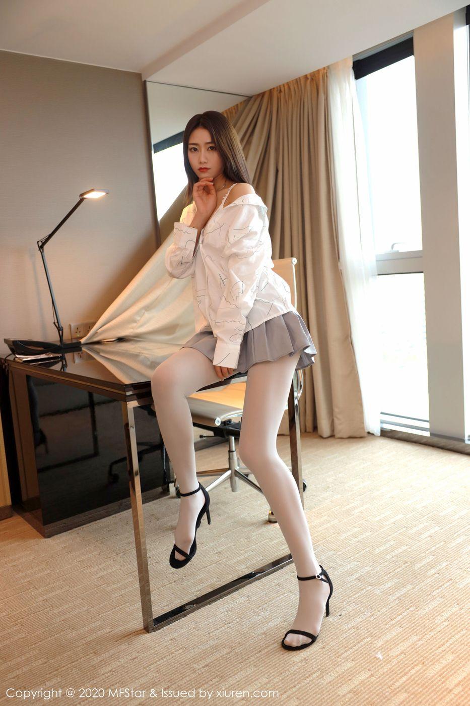 Vol.680 JK制服丝袜美腿迷你裙高跟鞋美女模特模范学院-方子萱完整私房照合集
